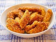 Рецепта Хрупкави сочни пилешки флейки (хапки, пръчици) от филе с корнфлейкс, царевично брашно, галета и сусамена панировка на фурна
